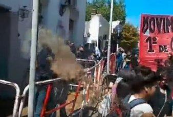 Tandil: manifestantes arrojaron orina y excrementos a la policía durante una protesta
