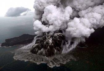 Un potente tsunami en Indonesia dejó 220 muertos