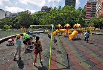 Los vecinos decidirán si se prohíbe fumar en las áreas de juegos infantiles en plazas