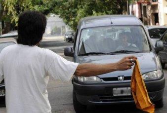 """Buscan prohibir la actividad de limpiavidrios y """"trapitos"""" en toda la Provincia"""