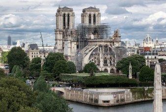 Notre Dame: encontraron colillas de cigarrillos en los andamios donde empezó el fuego