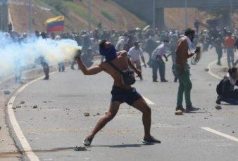 Fuerte tensión en Venezuela por el alzamiento de Juan Guaidó