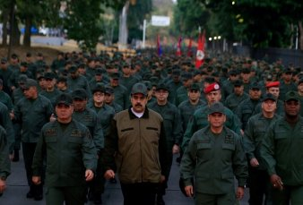 Conflicto en Venezuela: Nicolás Maduro exhibe músculo militar y marcha por Caracas al frente de miles de soldados