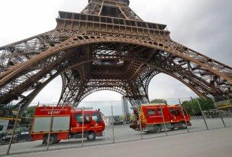 Cierran y evacuan la Torre Eiffel por un hombre que escala la estructura
