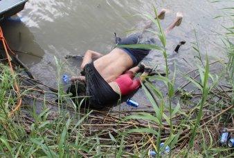 """Desgarradora foto de un inmigrante y su hija fallecidos intentando llegar a Estados Unidos - """"Es más común de lo que creemos"""""""