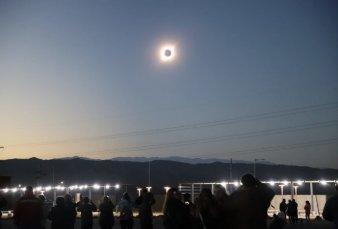 """Eclipse de Sol: miles de turistas se conmovieron en San Juan con los """"dos atardeceres"""""""