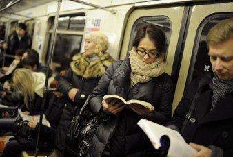 Regalarán libros en el subte porteño por el Día del Lector