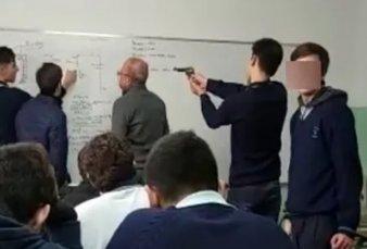 """El Palomar: alumnos le apuntaron con un arma a un profesor y las familias dicen que """"fue una broma"""""""