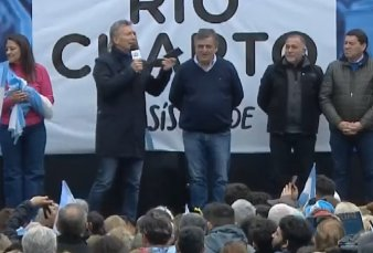 """Mauricio Macri le sacó el celular a una señora en Córdoba: """"Esto es una abuela rebelde"""""""