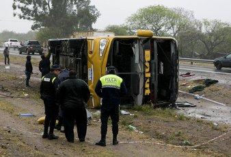Tres muertos al volcar un micro en Tucumán