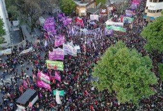 Multitudinaria marcha en La Plata para pedir por los derechos de las mujeres