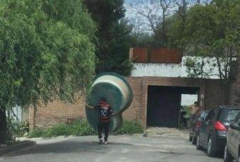 Córdoba: se robó una pileta y se la llevó caminando