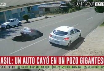Brasil: un auto cayó a un pozo gigantesco