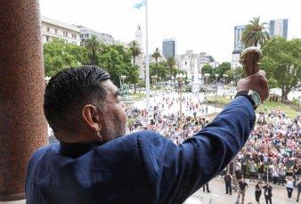 """Diego Maradona volvió al balcón de Casa Rosada - """"Cerré otro círculo en mi vida como fotógrafo en Casa de Gobierno"""""""