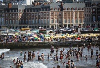 Anticipo de temporada en Mar del Plata, con 30 grados y mucha gente en la playa