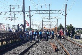 Trabajadores del tren Roca cortaban la vía y fueron echados por pasajeros