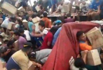 Volcó camión de galletitas en Villa Mercedes y lo saquearon más de mil personas