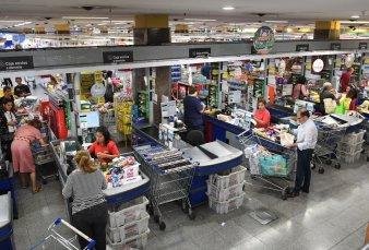 Los supermercados reforzaron stock para enfrentar la cuarentena