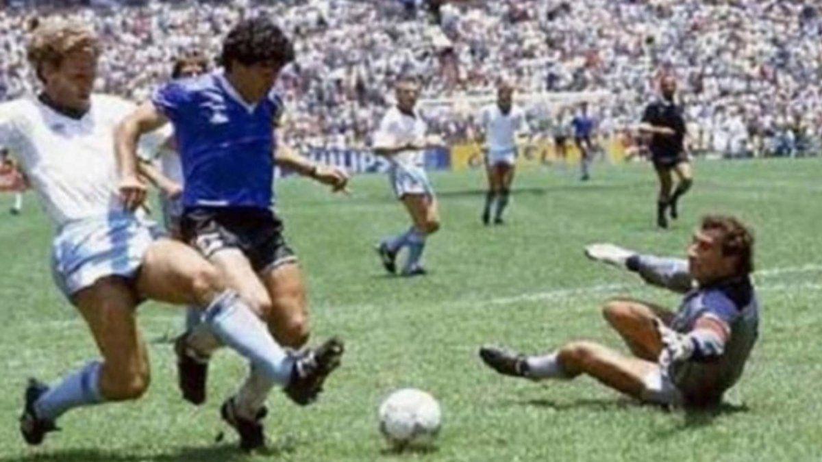A 34 Anos Del Gol De Maradona A Los Ingleses El Recuerdo De Victor Hugo Diego Corriendo Dentro De Una Aureola Dorada Dejando Enemigos Ingleses Ejes De Comunicacion