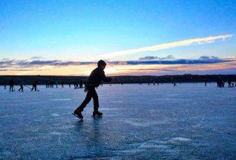 En El Calafate volvieron a patinar en la bahía congelada