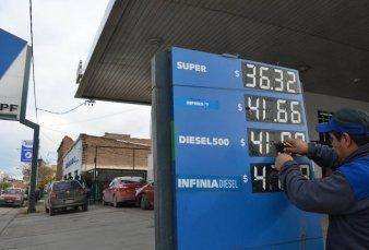El Gobierno analiza autorizar aumentos en el precio de las naftas y del gasoil