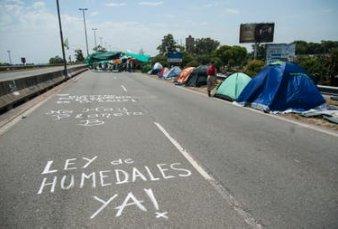 Cortan el puente Rosario-Victoria en reclamo de la ley de humedales