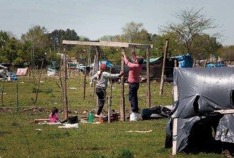 Sin desalojo a la vista, las tomas persisten en La Matanza y La Plata