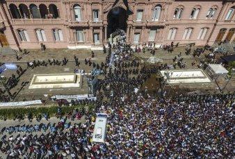 La Plaza de Mayo se inundó de lágrimas en el adiós a Maradona