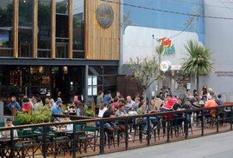 """Con food trucks y decks en plena calle, la gastronomía """"anticovid"""" le cambió la cara a Mar del Plata"""