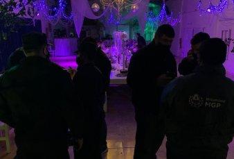 """En fiesta swinger confundieron a la policía con strippers: """"Por fin llegó el postre"""""""