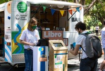 El Libro Móvil porteño, un vehículo cultural que empezó su gira por plazas y ferias