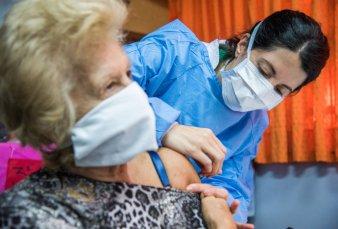 La Ciudad termina de vacunar a los mayores de 70, pero se queda sin dosis