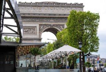 Tras ocho meses de encierro, París volvió a sus terrazas, bares y museos