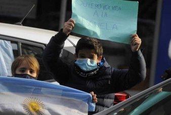 Kicillof enfrentó protestas por las restricciones en las escuelas