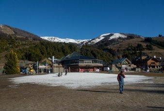 Llegaron turistas a Bariloche, pero faltó un atractivo clave de la temporada: la nieve