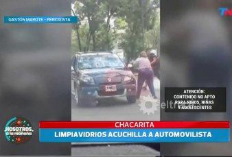 Video: limpiavidrios acuchilló a automovilista para robarle en Chacarita